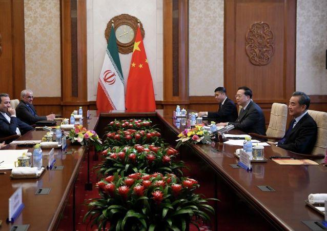 محمدجواد ظریف و وانگ یی وزیر امور خارجه ایران و چین