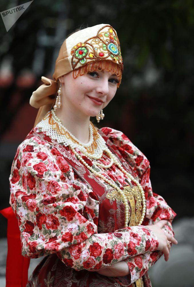 دختری با لباس ملی روسیه در مراسم راه اندازی قطار ویژه هنرهای تجسمی روسیه در مترو مسکو
