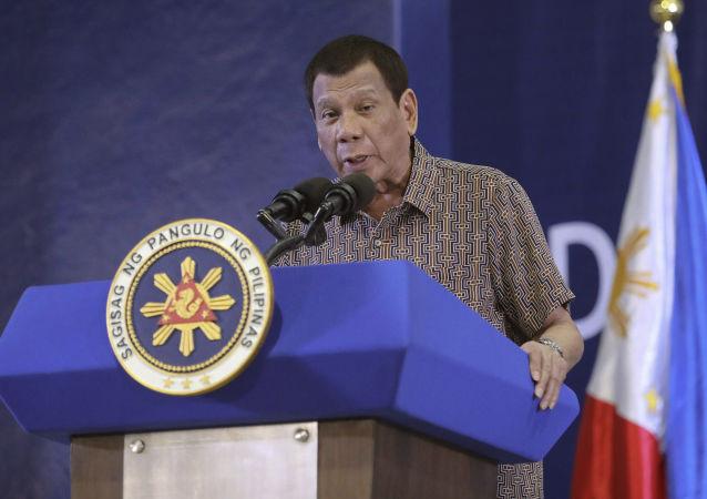 رئیس جمهور فلیپین: به افراد مشکوک به واکسن کرونا، در خواب واکسن می زنیم