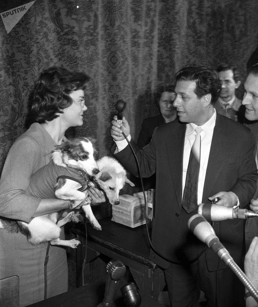بلکا و استرلکا، سگ های فضانورد شوروی در آغوش خبرنگار رادیو مسکو در سال 1960