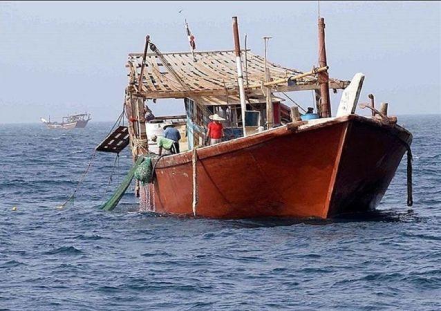 کمک نیروی دریایی عمان به یک لنج ایرانی