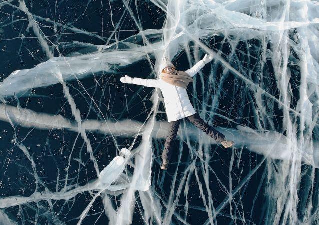 دختری روی یخ های دریاچه بایکال