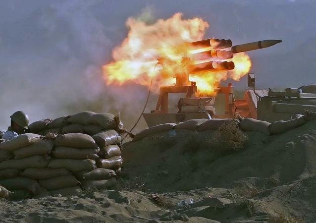 نظامیان ارتش ایران در رزمایش سالانه ذوالقدر ۹۹ در دریای عمان