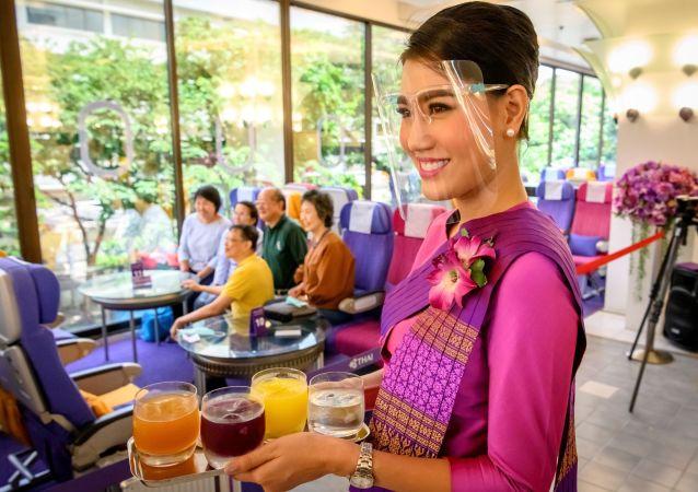 مهماندار شرکت هواپیمایی تایلند در هواپیما - رستوران بانکوک
