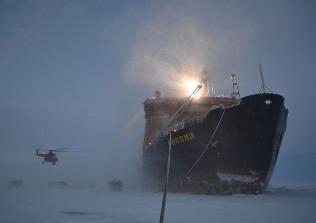 یخ شکن روسیه قطب نوردان روسیه را برای ساخت ایستگاه شناور جدید به قطب رساند