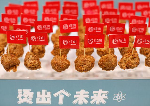 گوشت ساخت چین از سبزیجات که در رستوران « درخت امید» سرو میشود