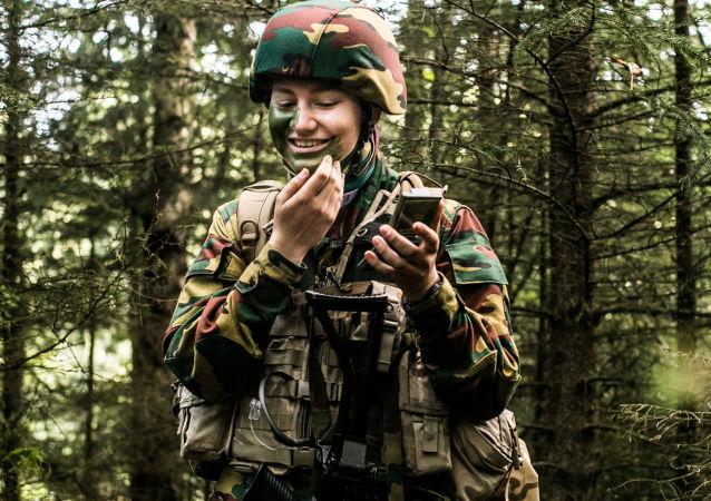 الیزابت شاهزاده بلژیک در حال تمرین در اردوگاه نظامی Elsenborn