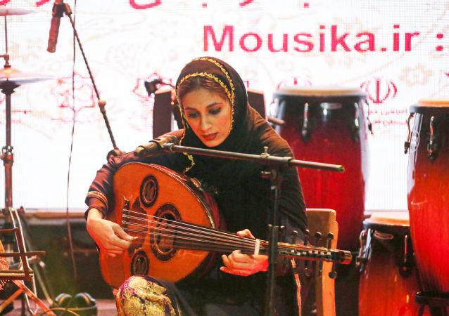 نوشین یوسف زاده ، یکی از اعضای گروه موسیقی زنانه دینگو هنگام هنرنمایی در شهر بندرعباس ایران