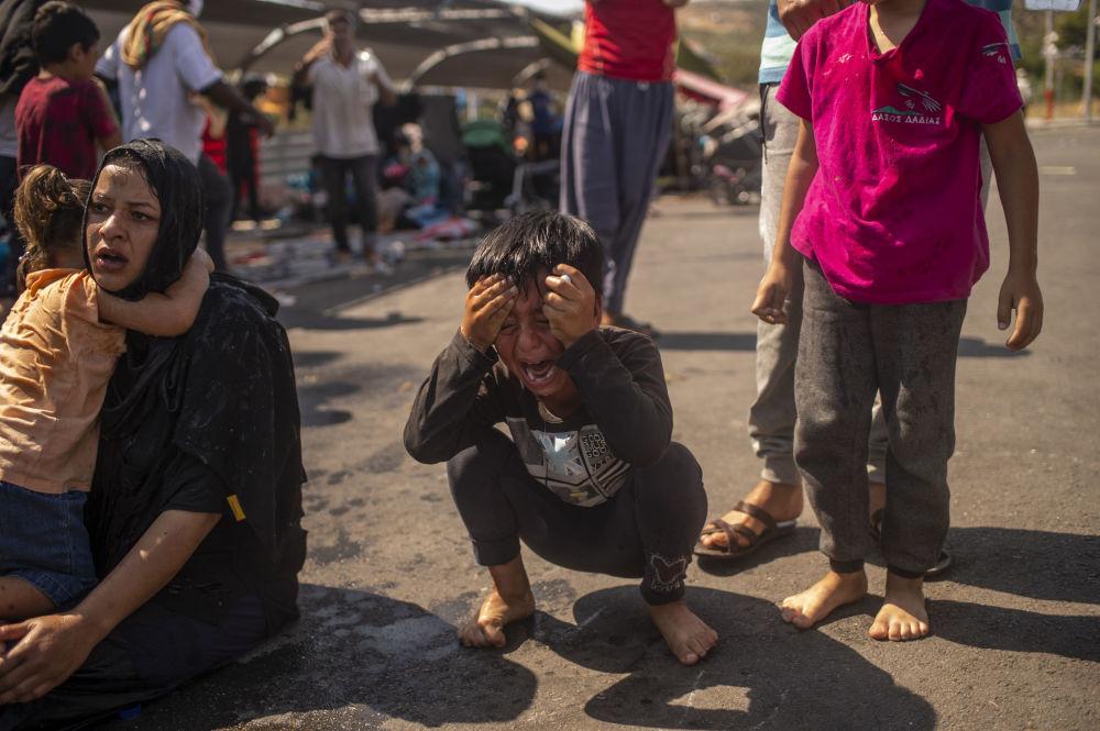 پسربچه ای در درگیری پلیس با مردم در جزیره لسبوس