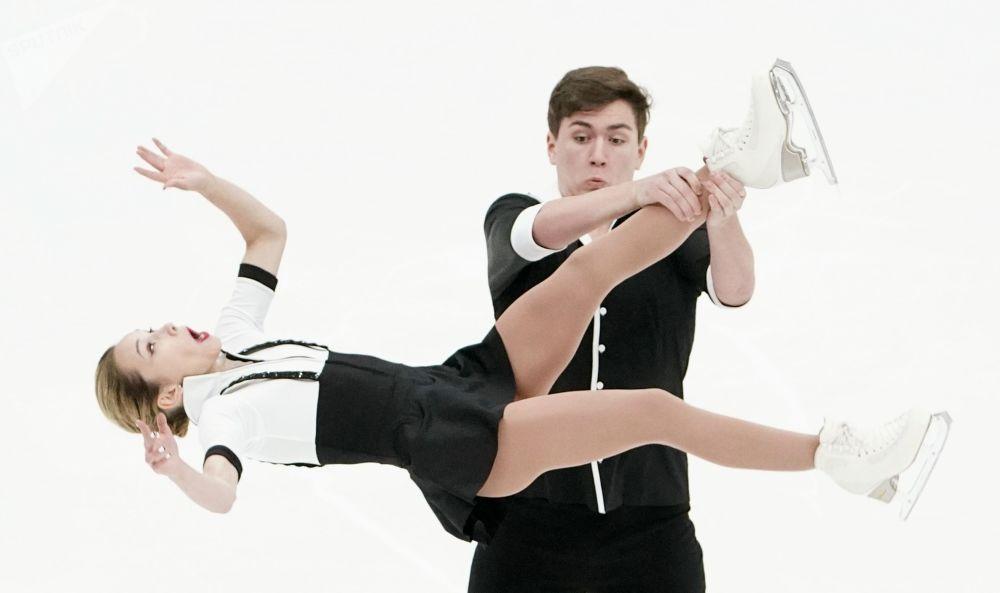 ورزشکاران پاتیناژ روسیه در حال اجرا در مسابقات روسیه