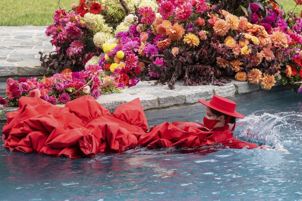 مدل کوکو روشا در حال شنا در استخر و نمایش Christian Sirianoدر هفته مد نیویورک