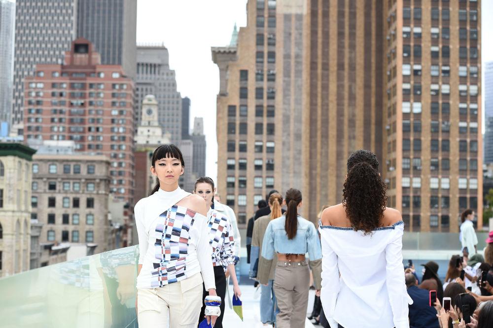 مدلی در نمایش Flying Solo  در هفته مد نیویورک