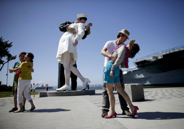 توریست ها در کنار مجسمه معروف در سان دیگو عکس می گیرند