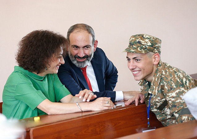 نیکول پاشینیاننخست وزیر ارمنستان به همراه همسرش آنا هاکوپیان و پسرش آشوت پاشینیان
