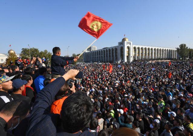 معترضین در مرکز بیشکک موانع ایجاد می کنند+ویدئو