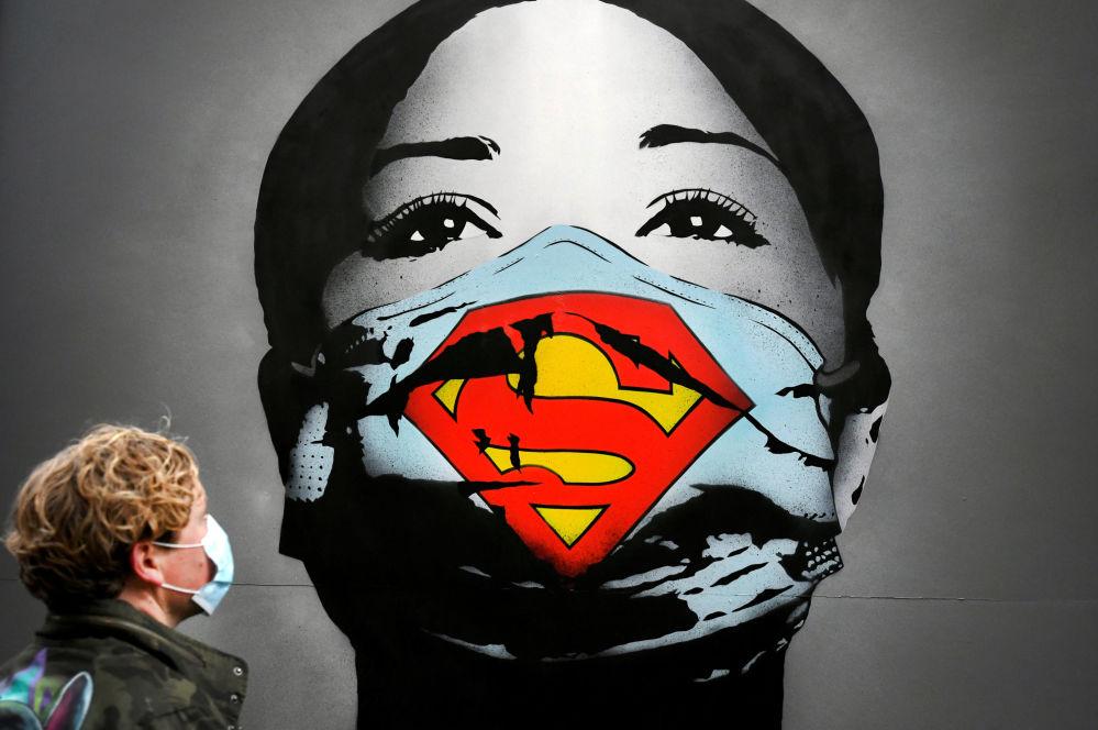 گرافیتی با طرح دختری با ماسک سوپرمن در آمستردام