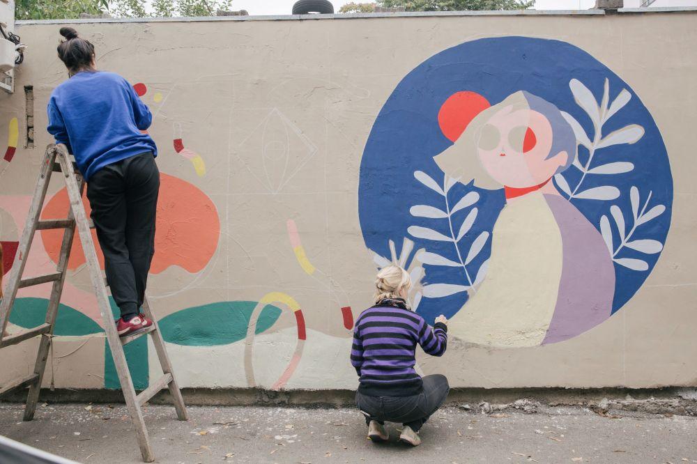 هنرمندی در حال نقاشی روی دیوار در بلگراد
