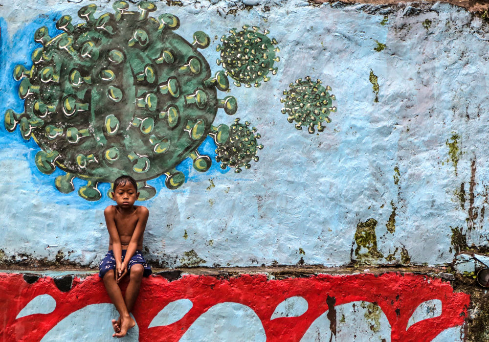 پسربچه ای در کنار گرافیتی در یاوا اندونزی
