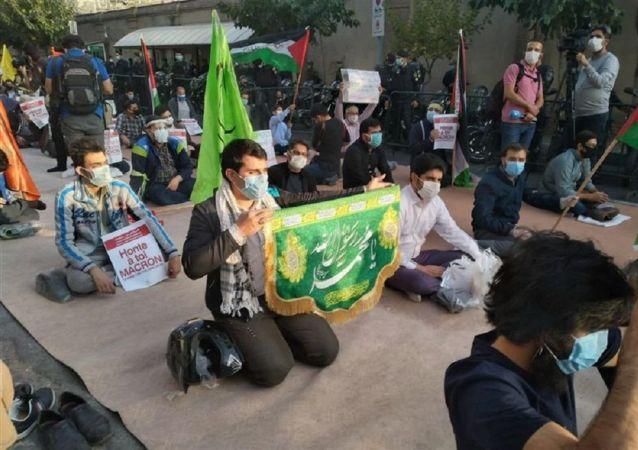 تظاهر کنندگان در تهران پرچم فرانسه را آتش زدند + ویدئو