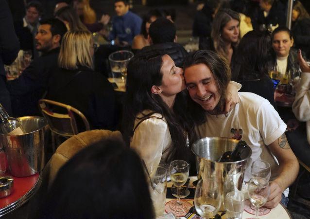 زوجی در یکی از رستوران های پاریس تا قبل از ساعت منع آمد و شد