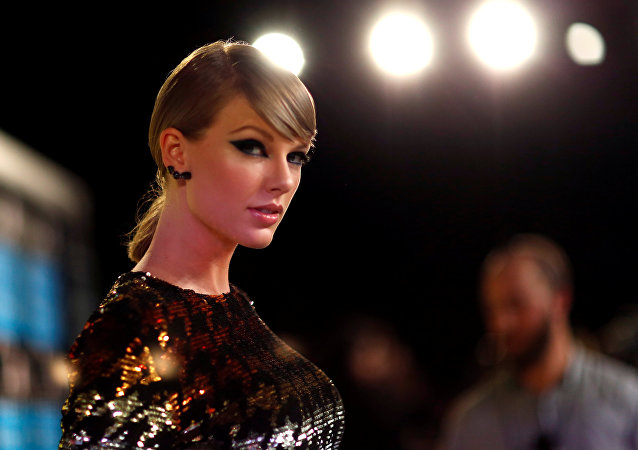 Singer Taylor Swift arrives at the 2015 MTV Video Music Awards in Los Angeles, California, U.S. August 30, 2015