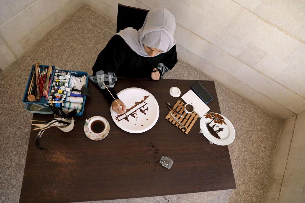 وحشت های جنگ با دانه های قهوه آثار هنری احلام ناصر هنرمند یمنی