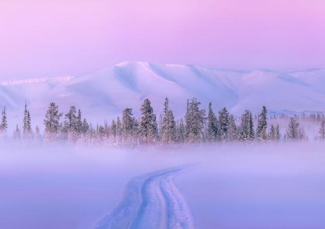 زمستان و تصویری از رنگین کمان در روسیه