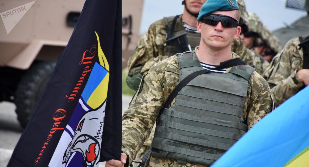 رژه سربازان زن ارتش اوکراین با کفش پاشنهبلند