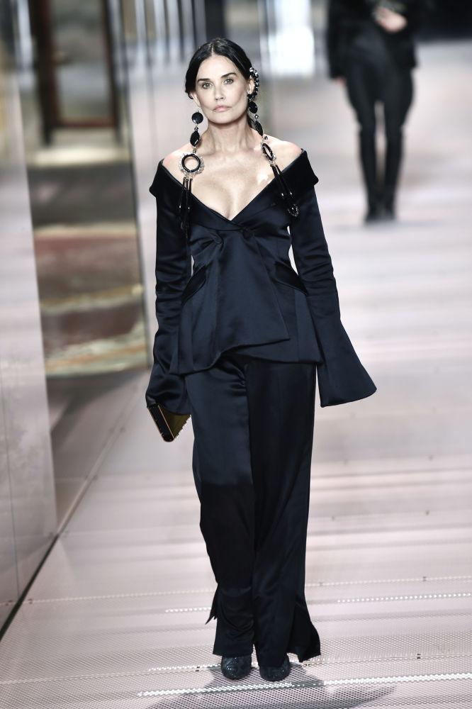 هنرپیشه دمی مور در حال نمایش کلکسیون بهار و تابستان فندی در هفته مد پاریس Paris Haute Couture Fashion Week