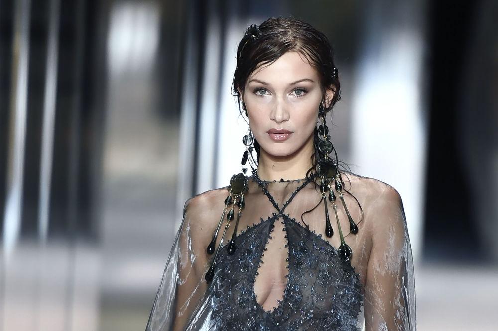 مدل آمریکایی بلا حدید در حال نمایش کلکسیون طراح بریتانیایی Kim Jones از مجموعه بهار و تابستان ۲۰۲۱ فندی در Paris Haute Couture Fashion Week