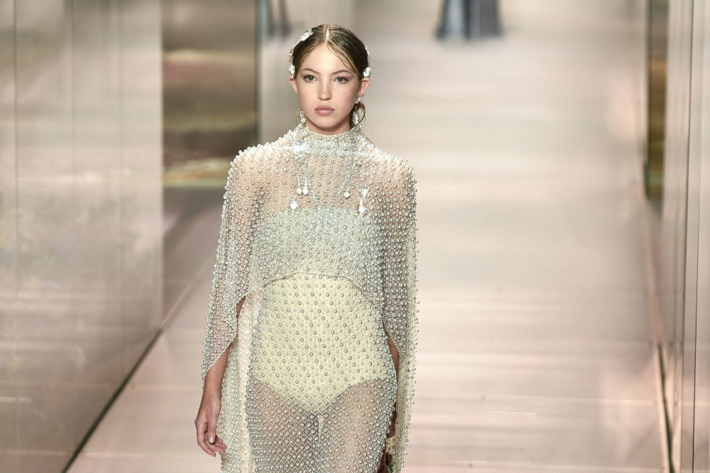 مدل بریتانیایی لیلا گریس ماس هک  در حال نمایش کلکسیون طراح بریتانیایی Kim Jones از مجموعه بهار و تابستان ۲۰۲۱ فندی در Paris Haute Couture Fashion Week