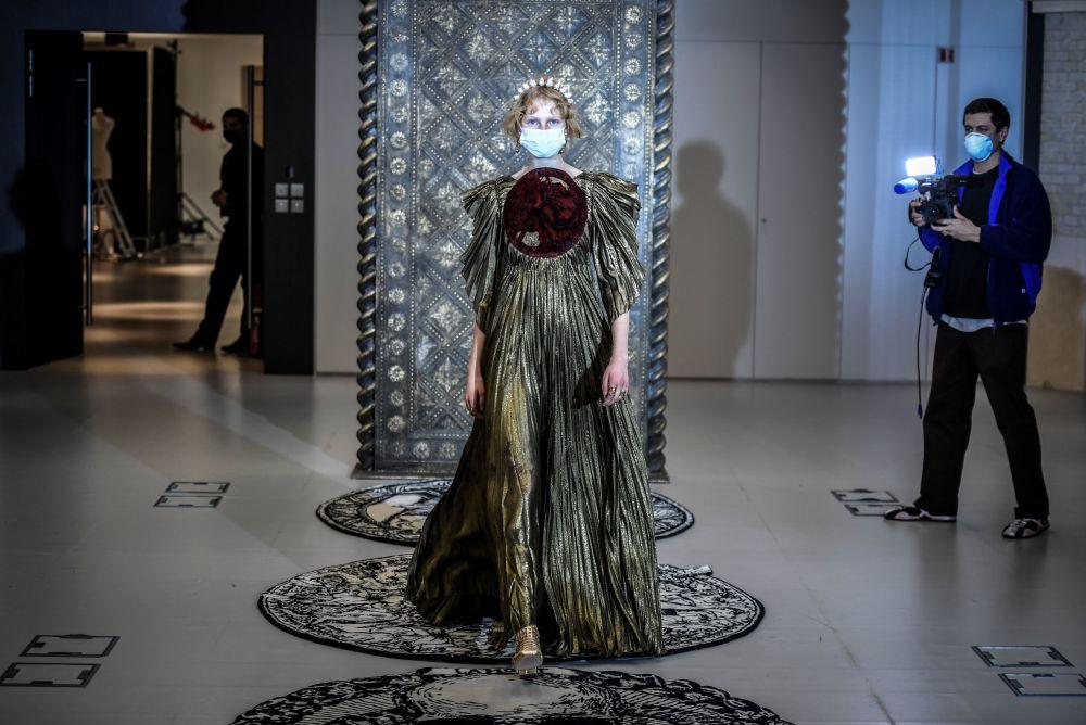 مدل در حال نمایش کلکسیون  Christian Dior در هفته مد پاریس Paris Haute Couture Fashion Week