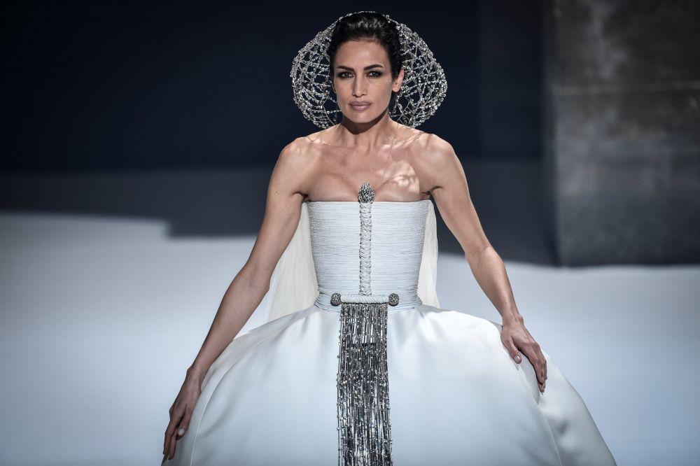 مدل در حال نمایش کلکسیون  استفانا رولان در هفته مد پاریس Paris Haute Couture Fashion Week