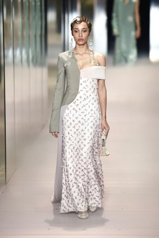 مدل در حال نمایش کلکسیون  Kim Jones در هفته مد پاریس Paris Haute Couture Fashion Week