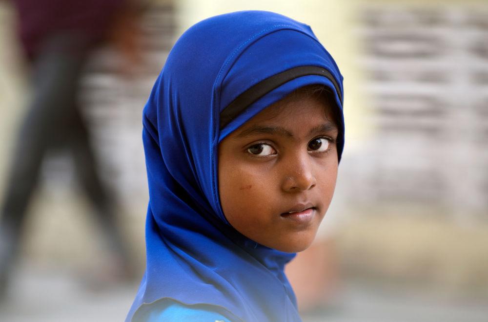 دختری در مدرسه قبل نماز جماعت در شهر کلانگه میانمار