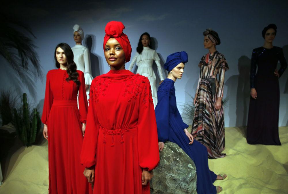 مدل مسلمان حلیمه آدن در نمایش مد در استانبول