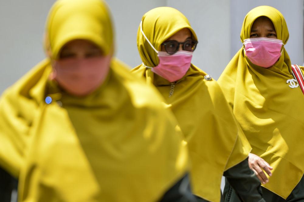 زنان با حجاب و ماسک در اندونزی