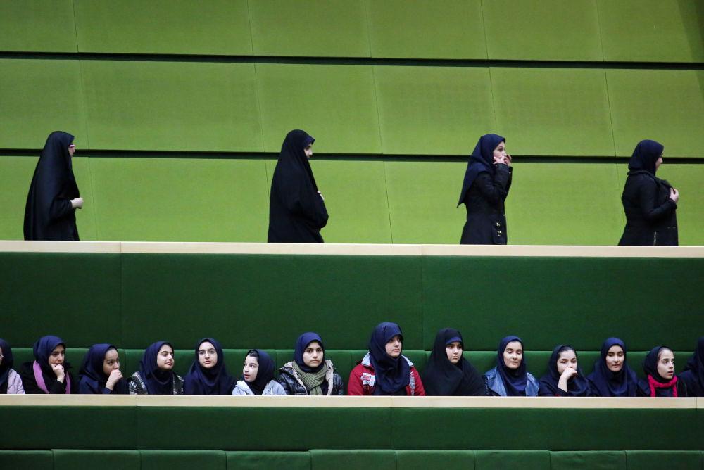 دانش آموزان ایرانی در مراسم سخنرانی حسن روحانی در مجلس