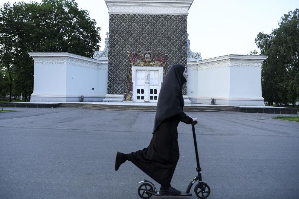 زنی با حجاب در مسکو