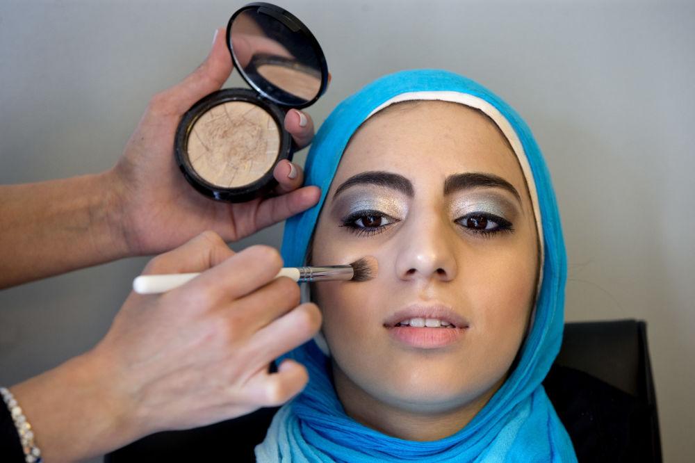 دختر مسلمان برای مراسم پایان مدرسه آماده می شود، آمریکا