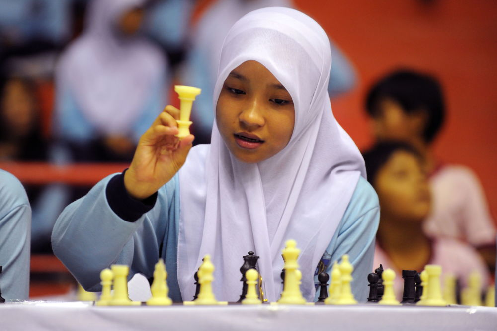 دختر جوان در مسابقات شطرنج در جاکارتا