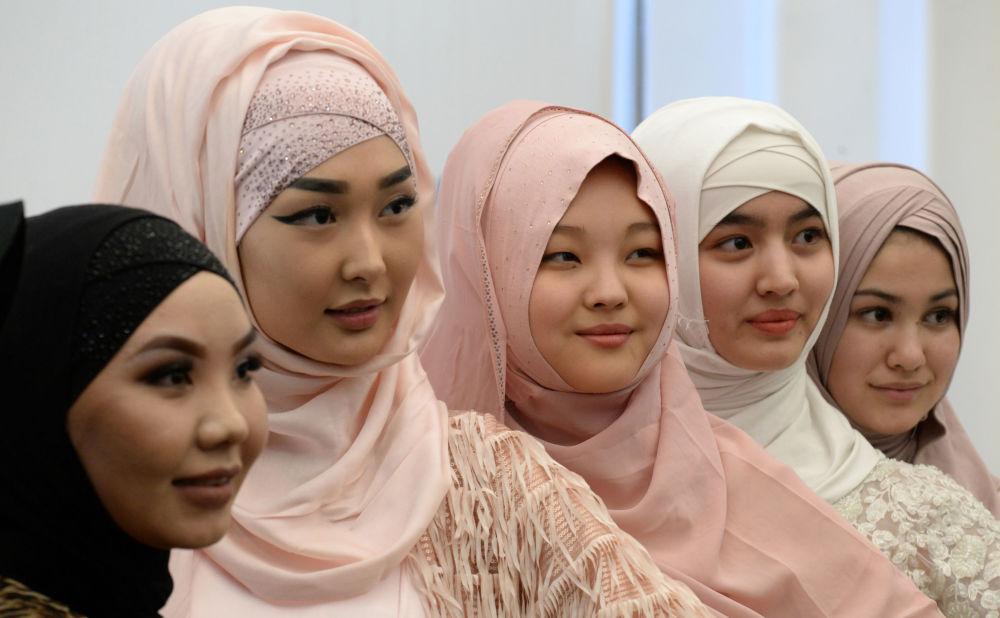 دختران در مراسم روز جهانی حجاب در بیشکک، قرقیزستان