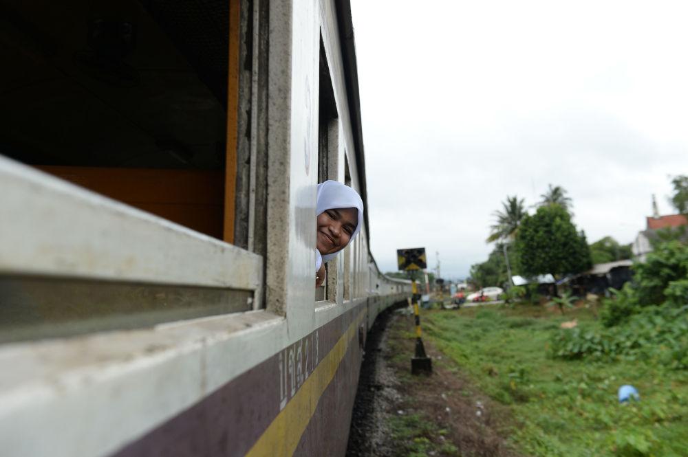 دانش آموز مسلمان در قطاری در تایلند