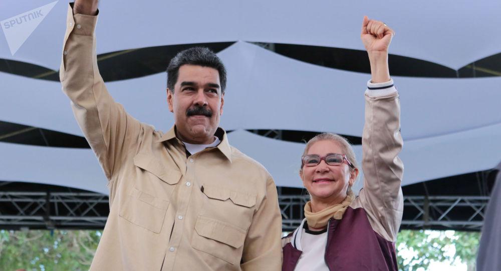 مادورو و همسرش واکسن «اسپوتنیک وی» تزریق می کنند