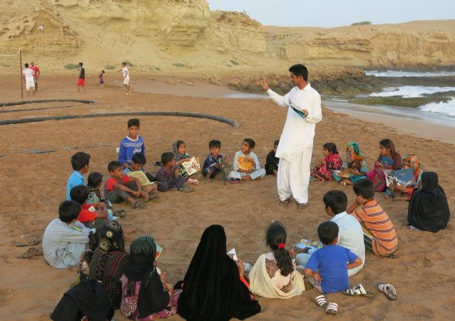 مردی از جنس کتاب در دل دریای عمان