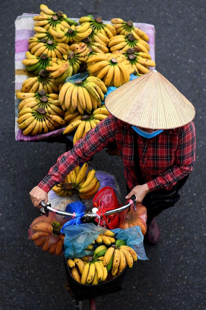 فروشنده موز با دوچرخه اش