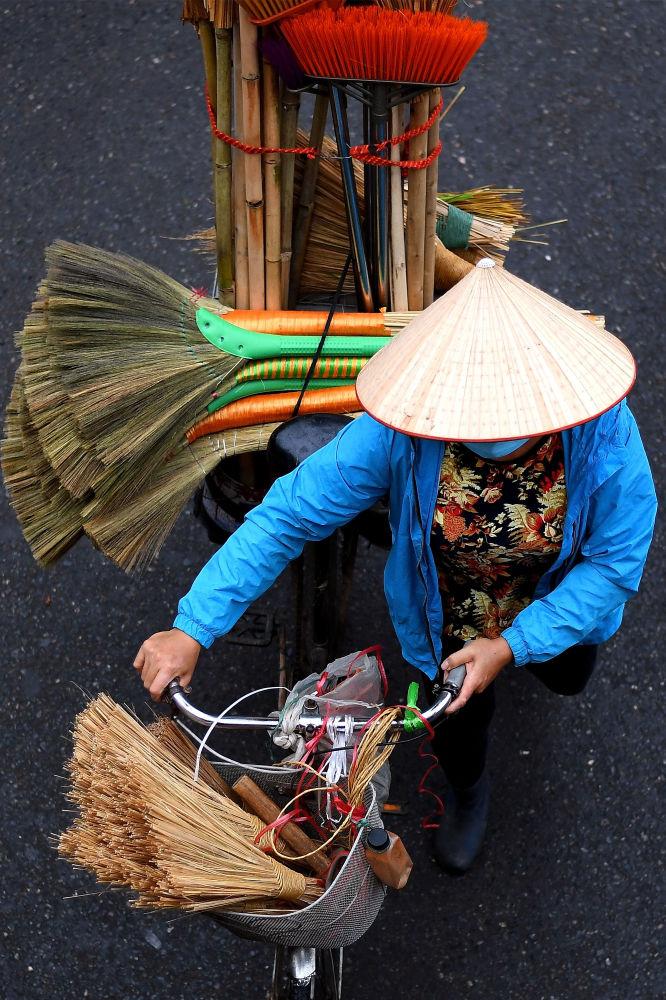فروشنده جارو با دوچرخه اش