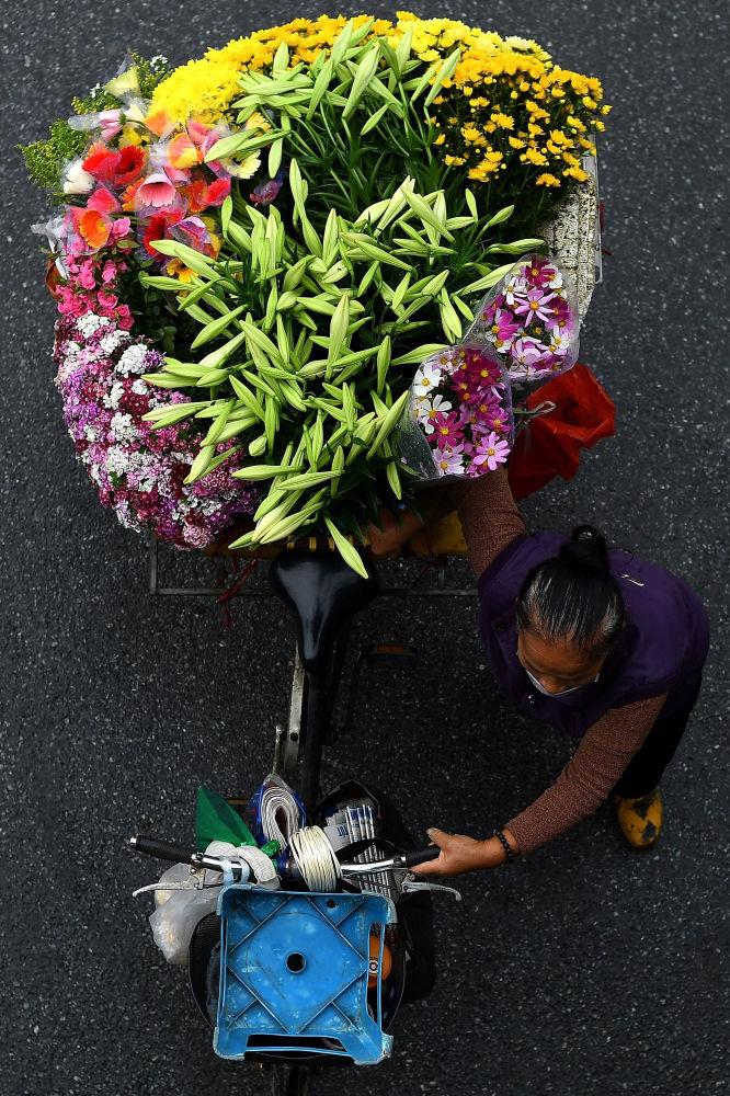 گل فروش با دوچرخه اش
