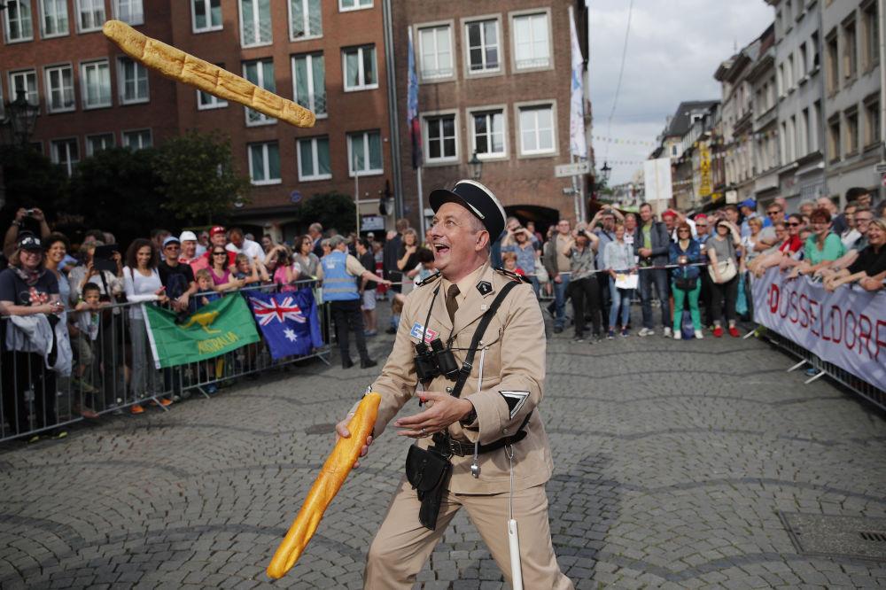 تردستی مردی در لباس ژاندارم فرانسوی دهه شصت با دو باگت در دوسلدورف آلمان