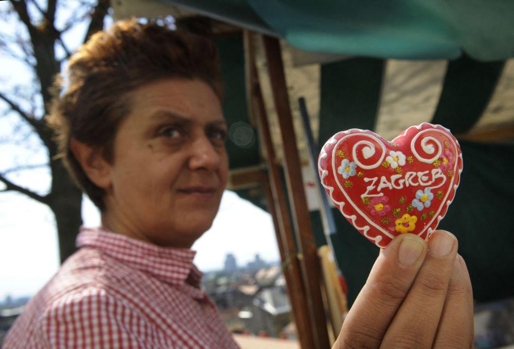 زنی که نان شیرینی زنجفیلی لیسانسر کرواسی را در دست دارد، زاگرب